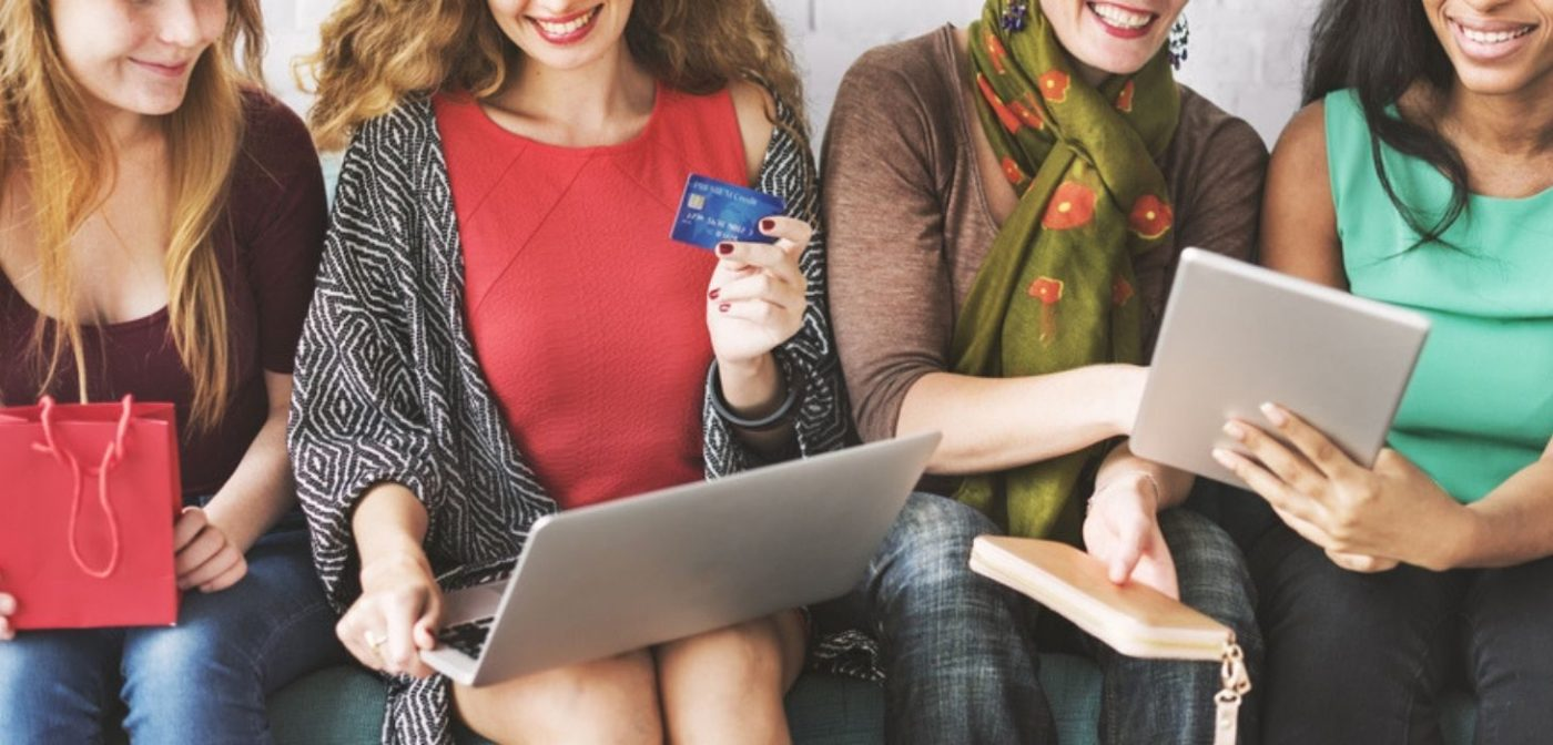 people buying products online - contextual ecommerce - izest Marketing